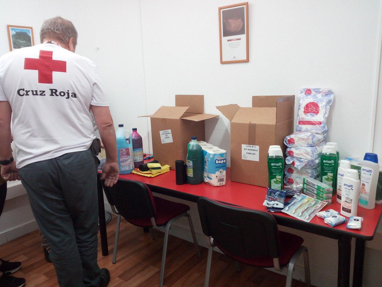 25 familias reciben kits de higiene y vales para afrontar las fiestas navideñas