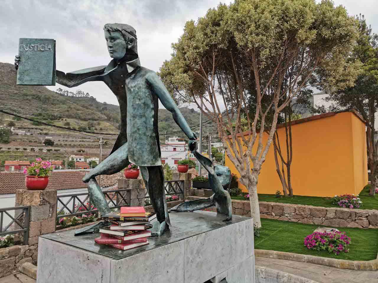 libros junto a escultura